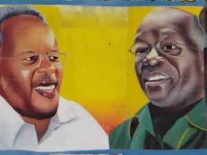 Le duel de la présidentielle : à gauche Edward Lowassa (Chadema) contre John Magufuli (CCM), à droite